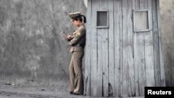 Северокорейская военнослужащая на посту близ границы КНДР с Китаем. Иллюстративное фото.