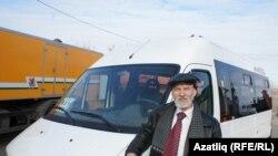 Нурмөхәммәт Хөсәенов Татарстан президенты бүләк иткән микроавтобус янында