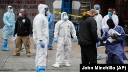 Медработники в защитной одежде и защитных масках в американском городе Нью-Йорке.