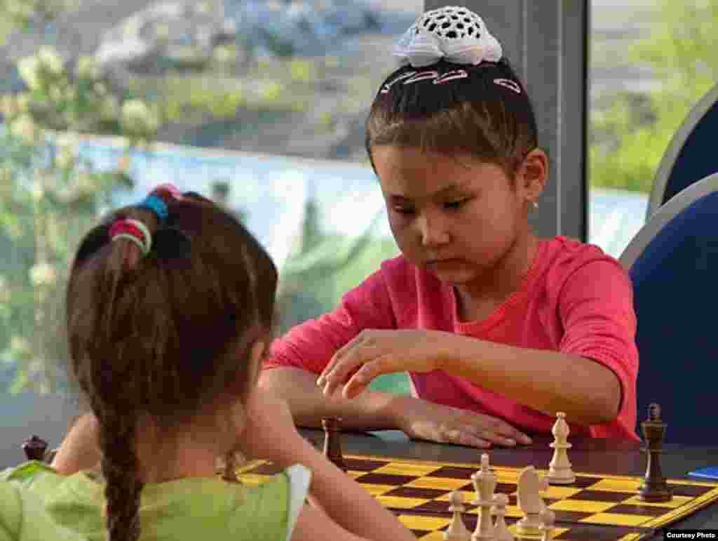 Бибісара Асаубаева, 8 жаста. Шахматшы. 2011 жылы Польшада оқушылар арасында өткен әлем чемпионатында алтын медаль иеленді. 2012 жылы Рио-де-Жанейродағы (Бразилия) жасөспірімдер арасындағы әлем чемпионатында сегіз жасқа дейінгі қыз балалар арасында жеңіске жетті.