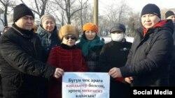 Канышай Мамыркулова (посередине) с участниками акции протеста.
