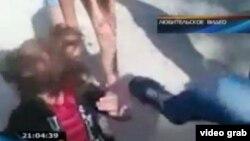 Скриншот с сайта одного из телеканалов, транслировавшего видеозапись избиения школьницы ее сверстницами в Актау.