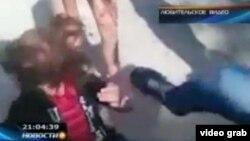 Скриншот из видеоролика YouTube, на котором актауские школьницы жестоко избивают свою одноклассницу.