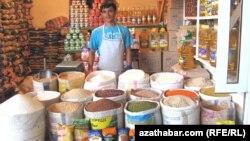 Türkmenistanyň bazarlarynyň birinde azyk önümlerini satýan söwdagär.