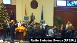 Пратениците од опозицијата на собраниска говорница, пред почетокот на пленарната седница за буџетот за 2013-та.