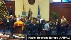 Пратениците од опозицијата на собраниската говорница, 24 декември 2012.
