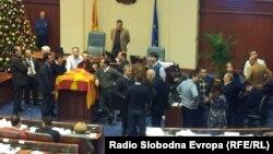 Турканици меѓу власта и опозицијата на собраниската говорница на 24 декември 2012.