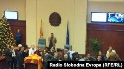 Пратениците од опозицијата на собраниска говорница на 24 декември 2012.