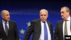 از راست به چپ: وزیران خارجه جمهوری چک، تشکیلات خودگردان فلسطین و مصر.