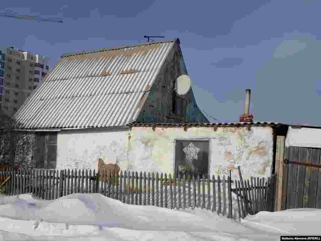 """Астана маңындағы """"Май"""" бау-бақша серіктестігінде қазір жүзге жуық отбасы тұрады. Мұндағы адамдар қалада тіркеуде тұрғандықтан өздерін Астана тұрғыны санайды."""