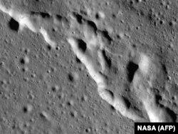 Снимок лунной поверхности, сделанный аппаратом НАСА в 2019 году