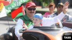 Belarus prezidenti Aleksandr Lukaşenko və oğlu Nikolay Minskdə motosikletçilərin festivalında, 20 iyul 2009