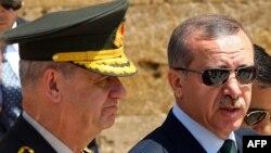 Турскиот премиер Реџеп Таип Ердоган придружуван од турски генерал.