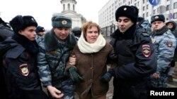 Pjesëtarët e policisë e arrestojnë një protestuese gjatë demonstrimit të sotëm afër Ministrisë së mbrojtjes në Moskë