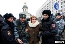 Милиция задерживает участников протеста против ввода российских войск в Украину. Москва, 2 марта 2014 года.