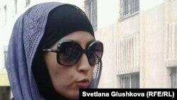 Сотталған Серік Қошалақовтың жұбайы Мәдина Қошалақова. Астана, 14 тамыз 2013 жыл.