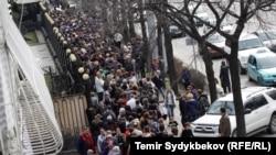 Орусиянын президентин шайлаш үчүн орус элчилигинин алдында кезекте турган орус жарандары. 18-март, 2018-жыл.
