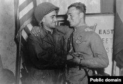 Аляксандар Сільвашка і Ўільям Робэртсан 26 красавіка 1945 году на мосьце праз раку Эльбу