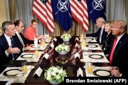 Генеральний секретар НАТО Єнс Столтенберґ (ліворуч) та президент США Дональд Трамп (праворуч) під час робочого сніданоку у резиденції американського посла в НАТО. Брюссель, 11 липня 2018 року