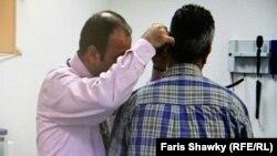 طبيب عراقي يفحص مريضا في هولنده
