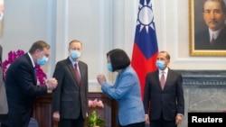 Tsai Ing-wen, Tajvan elnöke fogadja Alex Azar amerikai egészségügyi minisztert (j) az elnöki hivatalban Tajpejben, a tajvani fővárosban, 2020. augusztus 10-én.