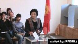 رزا اتونبایوا، رئیس جمهوری قرقیزستان به هنگام رأی دادن