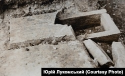 Саркофаг, знайдений Ярославом Пастернаком влітку 1937 року в селі Крилос. Фото з архіву Юрія Лукомського