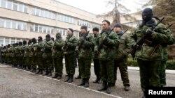 Вооруженные люди в военной форме перед зданием правительства Крыма. Симферополь, 10 марта 2014 года.