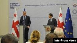 ევროკომისარი გაფართოებისა და ევროპის სამეზობლო პოლიტიკის საკითხებში, შტეფან ფიულე (მარცხნივ) და საქართველოს პრემიერ-მინისტრი ბიძინა ივანიშვილი ბათუმის საერთაშორისო კონფერენციაზე