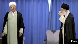آیت الله علی خامنه ای (راست) رهبر جمهوری اسلامی و اکبر هاشمی رفسنجانی.