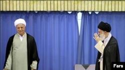 رفسنجانی در رابطه کدر کنونی بین خود و رهبر از قدرت کم تری بهره مند و در برابر رفیق و همراه قدیمی خود دست پایین تری دارد و هم از این روی گه گاه به رسانه ها و همواره به ابزار دلخواه و مطلوب خود، توطئه سیاسی پشت پرده، متوسل می شود.