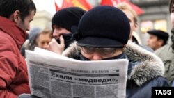 Reading the headlines in Moscow.