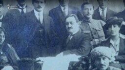 Solmaz Tohidi-Rüstəmova (sağdan birinci) Rəsulzadələr ailəsi ilə. Rais Rəsulzadə, həyat yoldaşı və qızı