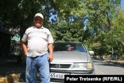 Таксист Хасен-ага рядом со своим автомобилем. Кентау, 22 августа 2018 года.