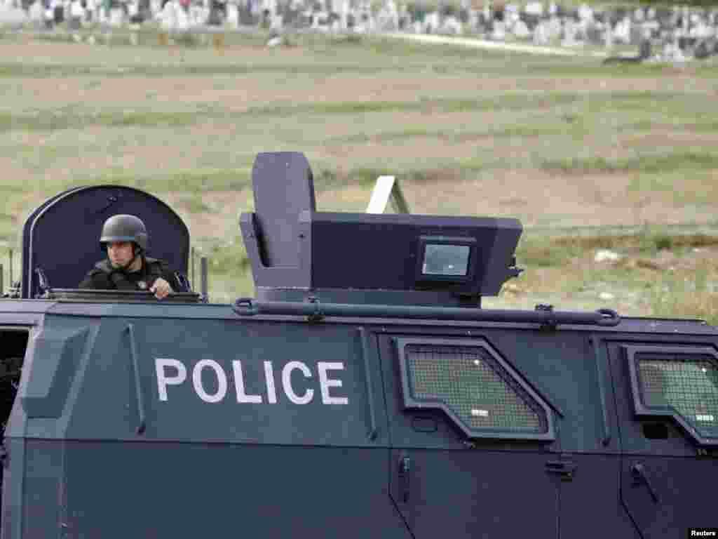 Snage kosovske specijalne policije u Mitrovici, 26.07.2011. Foto: Reuters / Hazir Reka