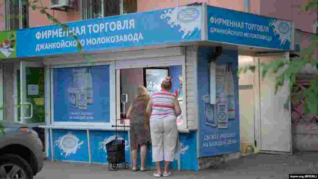 Pensiyalılar Canköy sütüni almaq içün nevbette tura