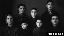 Сім'я Ганієвих, зліва направо: 1 ряд – Айше (мама), діти Ельміра і Шукрет, Іззет (батько); 2-ий ряд – діти Діляра, Нусрет і Шевкет. Узбекистан, місто Янгіюль Ташкентської області. 1956 рік