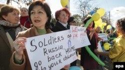 Бакчасарайда хатын-кызлар Русия баскынына каршылык белдерә. 5 март 2014
