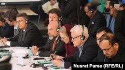 شماری از مقام های خارجی در نشست معلوماتی که کمیسیون انتخابات در مورد کارکرد هایش در کابل برگزار کرده بود.
