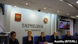 Матбугат очрашуына килгән татар галимнәре.