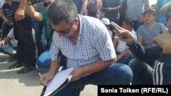 Прежний председатель профсоюза Толеген Досниязов написал заявление об увольнении по собственному желанию прямо на месте забастовки.