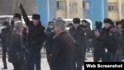 Жаңаөзеннің орталық алаңында тұрған полицейлер. 16 желтоқсан 2011 жыл. Видеодан скриншот. (Көрнекі сурет)
