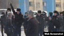 Жаңаөзен оқиғасы кезіндегі полицейлер. 16 желтоқсан 2011 жыл.