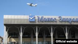 У терминала международного аэропорта Манас близ Бишкека.