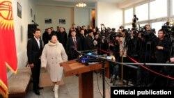Қырғызстан президенті Роза Отунбаева дауыс беруге қатысты. 30 қазан. 2011