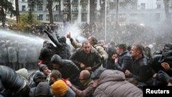 Полицията започна следобед да разпръсква протестиращите пред грузинския парламент с водни струи и сълзотворен газ