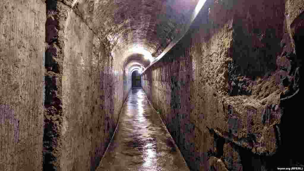 Приміщення батареї з'єднані довгими підземними ходами і крутими сходами