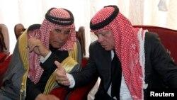 Король Иордании Абдулла с отцом Муаза аль-Касасби в Караке, 5 февраля 2015 года.