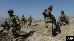 Американские солдаты рядом с местом теракта в провинции Вардак. 8 сентября 2013 года.