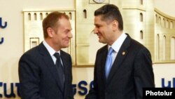 Armenia -- Prime Minister Tigran Sarkisian (R) meets with his visiting Polish counterpart, Donald Tusk, in Yerevan, 12 March 2010.